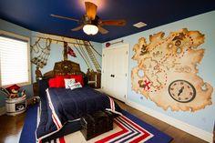 Обои в детскую комнату мальчика: рекомендации по выбору и 70+ ярких идей для вашего ребенка http://happymodern.ru/oboi-v-detskuyu-komnatu-dlya-malchikov-foto/ Сине-голубая цветовая гамма с вкраплениями коричневого и бежевого цветов для оформления детской комнаты в пиратском стиле. Штурвал и карта сокровищ, изображенные на стенах – ручная роспись