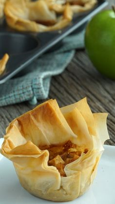 Recipe with video instructions: These bite-sized cinnamon apple and toffee pastries are as delightfully sweet as they sound. Ingredients: 6 sheets of frozen filo dough cup melted butter for. Mini Desserts, Apple Desserts, Phyllo Dough Recipes, Pastry Recipes, Caramel Apple Bites, Caramel Apples, Philo Dough, Healthy Vegan Snacks, Dessert Cups
