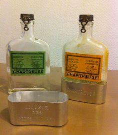 Photo : Les deux font la paire, duo de flasks de Chartreuse, format de poche avec gobelet métallique, période 1950-1955. Et tachez d'imaginer le fumet de curry qui se dégage de la jaune, délirant et épicé !