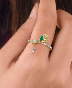 Get the best of both worlds with this classic Bansuri and Peacock feather Diamond Rings. Indian Jewelry Earrings, Fancy Jewellery, Gold Rings Jewelry, Jewelry Design Earrings, Gold Earrings Designs, Gold Jewellery Design, Necklace Designs, Bridal Jewelry, Gold Bracelets