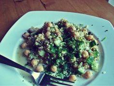 Bulgur-Salat mit Kichererbsen, Gurke und erfrischendem Zitronen-Knoblauch-Dressing
