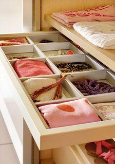 Cambio de armario: guardar la ropa de invierno · ElMueble.com · Trucos Wardrobe Closet, Walk In Closet, Tidy Up, Home Organization, Organizing, Armoire, Sweet Home, House Design, Table