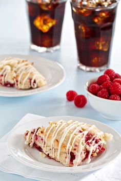 Lemon Raspberry Scones are tart and sweet. What a way to start your day! Read Recipe by bakingaddiction Sour Cream Scones, Just Desserts, Dessert Recipes, Raspberry Scones, Raspberry Recipes, Baking Scones, Yummy Treats, Yummy Food, Brunch