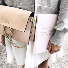 Outfit on point! @lisaskindoffashion shows us, how to carry the planner 2017/18 in style     #joandjudy #planner #dreambig #create #ootd