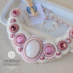 Collier de mariage dans le tissage de perles roses et blanches