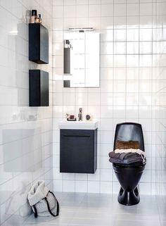 A black toilet and cabinetry lend a modern elegance to this little 4 sq. m bathroom. Bathroom Inspo, Bathroom Inspiration, Bathroom Interior, Aspen, Black Toilet, Old Kitchen, Beautiful Bathrooms, Beautiful Interiors, Bathtub