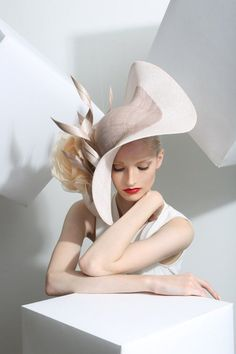Philip Treacy is the artist of this curvy, smart fascinator/hat. my eye was caught by the curves of this hat which creates a very mature look. Chapeaux Pour Kentucky Derby, Kentucky Derby Hats, Royal Ascot, Fancy Hats, Big Hats, Crazy Hats, Church Hats, Wearing A Hat, Love Hat