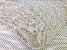 5638bf1320cd Tuto gratuit d un trendy châle en tricot à réaliser avec la Drops Air et un  fil Drops glitter tout en point mousse. Tricot rapide et facile à faire.