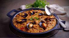 Este plato se ha convertido en una de las recetas más tradicionales de la gastronomía española Pasta, Rice, Ethnic Recipes, Food, Martha Stewart, Alcohol, Places, Gastronomia, Chicken