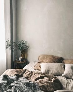 Minimalist Bedroom Ideas Perfect For Being on a Budget Discover bedroom decorating ideas modern minimalist only in popi home design Minimal Bedroom, Stylish Bedroom, Linen Bedding, Bedding Sets, Linen Bedroom, Bed Linens, Bedroom Inspo, Bedroom Decor, Bedroom Ideas