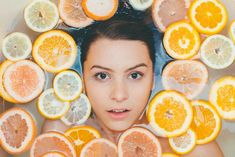 Fruit facial is one of the simplest ways to achieve glowing skin. You just need to know the basic steps of fruit facial at home. Vitamin C Peeling, Diy Beauté, Diy Spa, Daily Beauty Routine, Skincare Routine, Dull Skin, Prevent Wrinkles, Facial Masks, Spa Facial