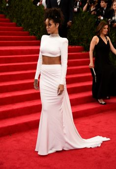 Rihanna Style - Rihanna was a vision in white at the 2014 Met Gala on Monday (May 5). The Barbadian beauty turned the angelic colour on its head in this custom Stella McCartney creation. The pointedly revealing, backless cropped top with bold shoulders was the strong-edged and sexy counterpart to the more gracious glam of the exquisitely draped long skirt and train. She iced the look with a frosty pink lip and a diamond choker necklace. #rihanna #style #allwhite #metgala2014 #celebrity…