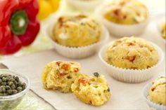 I muffin ai peperoni sono gustosi muffin salati, ideali da preparare in occasione di feste, aperitivi e buffet.