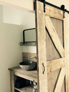 """Onze webshop heet """"Barndeur.be"""" waarbij """"Barn"""" het Engelse woord voor """"Schuur"""" betekent. Naast Barndeur worden ook de termen Loftdeur en Schuifdeur gebruikt voor dezelfde soorten deuren. Een schuifdeur binnen is gebaseerd op de deuren die je vroeger vaak zag in schuren, tuinhuizen en opslagruimtes, in de landbouw tref je deze deuren nog steeds aan. Een …"""