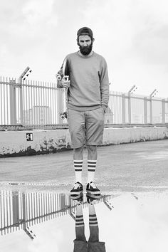 Más hipster que barba y calcetas largas! Y con un skate en la mano!!!