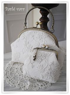 Romantic frame bag and purse with vintage lace Vintage Purses, Vintage Bags, Vintage Handbags, Lace Bag, Frame Purse, Embroidery Bags, Beaded Purses, Purse Patterns, Fabric Bags