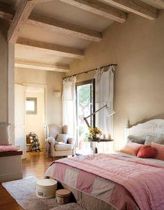 Dormitorio    Cama Romance, velador y cortinas de lino de Deco & Co. Lámpara de madera y alfombras a pie de cama, en La Maison.