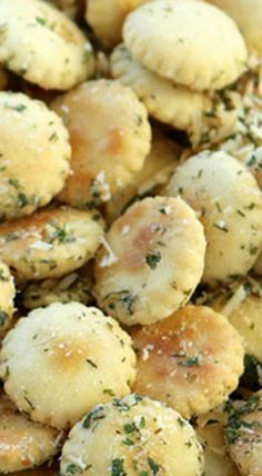 These Ranch Oyster Crackers are such a simple snack to make. You will find them perfect for feeding a crowd, great in lunch boxes, or for a movie night snack idea. Ranch Oyster Crackers We Oyster Cracker Snack, Seasoned Oyster Crackers, Ranch Oyster Crackers, Seasoned Pretzels, Snacks To Make, Easy Snacks, Yummy Snacks, Healthy Snacks, Snack Mix Recipes