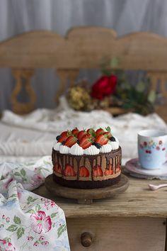 Pastel de Mousse de Chocolate y Fresas Fancy Cakes, Cute Cakes, Mini Cakes, Cupcake Cakes, Chocolate Mousse Cheesecake, Chocolate Desserts, Dessert Drinks, Dessert Recipes, Spring Cake