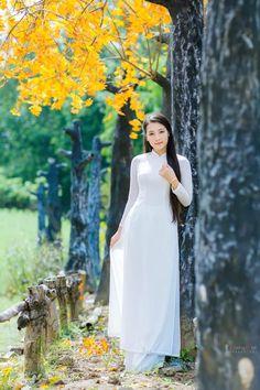 Pretty Asian Girl, Beautiful Asian Women, Beautiful Ladies, Vietnamese Dress, Poker Online, Female Poses, Ao Dai, Traditional Outfits, Sexy Outfits