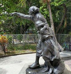 En el patio frontal del Museo de Bellas Artes se encuentra esta hermosa e inquietante escultura apuntando a la Plaza de los Museos. Caracas, Venezuela