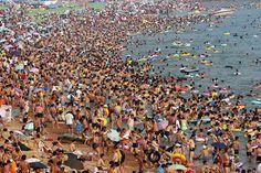Uma praia no leste da província de Shandong, na China, em um típico sábado de verão. Se a ideia era relaxar…