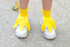If you're wearing a bird costume this Halloween, don't forget to make feet! This DIY project will show you how to make fun and easy bird feet. Duck Costumes, Chicken Costumes, Running Costumes, Family Costumes, Toddler Chicken Costume, Rooster Costume, Parrot Costume, Bird Costume Kids