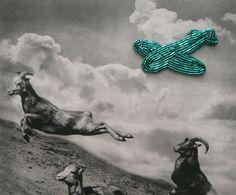 :: tyrkysové letadlo 2 :: Brož inspirovaná kamarádem planespotterem je pošitá tmavě tyrkysovým skleněným rokajlem. Rozměry cca 7,5 cm (trup) a 7 cm (křídla) Zespoda šedá koženka a spínací špendlík (drží lépe než brožové můstky).