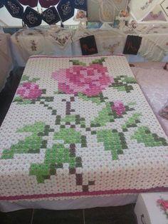 Crochet granny squares in giant rose pattern. Crochet Afghans, Crochet Quilt Pattern, Crochet Bedspread, Crochet Blocks, Crochet Squares, Crochet Granny, Crochet Motif, Crochet Yarn, Crochet Flowers