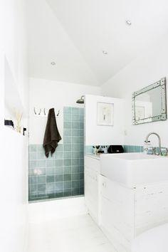 Q tal si la zona de la ducha la damos un tratamiento diferente? En vez de mampara, la oponemos de obra y le damos color con el alicatado