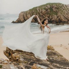 This beach styled shoot was inspired by the passion of the free spirit. We can't get over how incredible this is! Photo by Paula O'Hara