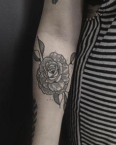 Rosa em hachura - Tatuagens em Blackwork por Daniel Griza, Porto Alegre (RS);