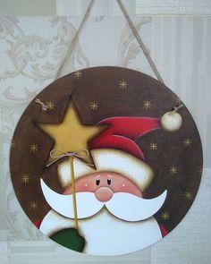 🎅 Placa linda que pode ser usada como guirlanda na porta ou como qua. Christmas Wood, Christmas Pictures, Christmas Projects, Christmas Holidays, Merry Christmas, Painted Ornaments, Xmas Ornaments, Christmas Decorations, Natal Country