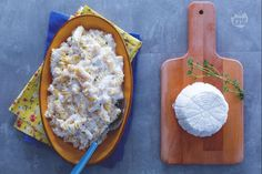 La pasta e ricotta è un primo piatto saporito e cremoso, molto semplice da preparare, ideale per un pranzo o una cena organizzata all'ultimo momento.