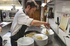 Lo chef impiatta le tagliatelle di bianco vestite Chef