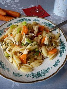 Studený těstovinový salát s kuřecím masem250g těstovin ve tvaru mušliček 200g hotového kuřecího masa (např. ze včerejšího obědu) 60g modrého plísňového sýru (např. niva nebo roquefort) 100g mrkve 1-2 řapíky celeru sůl několik stříknutí tabasca 2 KL citronové šťávy 2 PL extra panenského olivového oleje