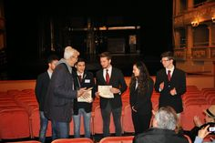 Il Presidente regionale Massimo Borriello e il Vicepresidente AIRA Nord Sandro Bravin consegnano gli attestati agli studenti vincitori del concorso A Spasso per Venezia. - Ph: Tommaso Avitabile.