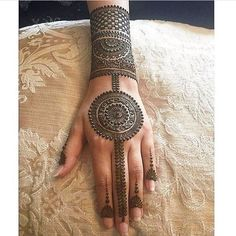 As the time evolved mehndi designs also evolved. Now, women can never think of any occasion without mehndi. Let's check some Karva Chauth mehndi designs. Easy Mehndi Designs, Latest Mehndi Designs, Bridal Mehndi Designs, Indian Mehndi Designs, Mehndi Designs For Girls, Mehndi Designs For Beginners, Mehndi Designs For Fingers, Beautiful Henna Designs, Mehndi Design Pictures