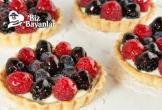 Mini dessert pizzas have a sugar cookie crust, cream cheese frosting, and are decorated with fresh fruit. These mini fruit pizzas are perfect for any party. Mini Desserts, Just Desserts, Delicious Desserts, Yummy Food, Healthy Recipes, Fruit Recipes, Dessert Recipes, Tart Recipes, Gastronomia