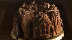 Syksyn ja talven juhlien ehdoton kuivakakkuhitti ja suklaanystävän unelma on Daim-suklaalla rikastettu ja koristeltu suklaakuorrutettu taatelikakku. Cake, Desserts, Food, Tailgate Desserts, Deserts, Kuchen, Essen, Postres, Meals