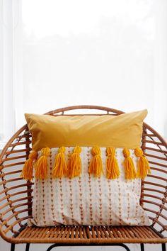 tones tassels pillow + 50 DIY pillows to jazz up your decorTwo tones tassels pillow + 50 DIY pillows to jazz up your decor So cute! yarn fringe pillow DIY (click through for tutorial) Slide View: Varied Tassel Pillow Gemma Fringed Round Throw Pillow Diy Throw Pillows, How To Make Pillows, Decorative Pillows, Decor Pillows, Burlap Pillows, Decorative Items, Diy Cushion, Cushion Covers, Cushion Pillow