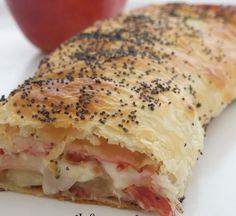 uno strudel salato particolare, diverso dai soliti e accattivante. lo strudel speck asiago e mele, conquisterà le tavole dei buffet.