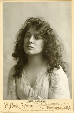 Julia Marlowe - English-born American stage actress known for her Shakespearean roles. It makes sense that it was an actress—I thought it was a remarkably casual portrait for someone to go to the photo studio and take! Vintage Photos Women, Antique Photos, Vintage Girls, Vintage Pictures, Vintage Photographs, Old Pictures, Vintage Images, Old Photos, Old Photography