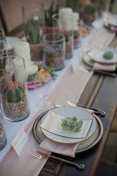 Mesa decorada com suculentas
