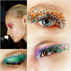maquillage yeux en orange, lilas, vert et rouge et des strass décoratifs
