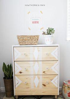 meuble repeint de motifs geometriques de peinture blanche, panier de rangement, plante verte dans un pot de fleur, mur blanc, plante verte