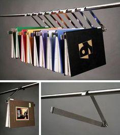 しおり代わりにも使えるディスプレイ収納。 読みかけの本の置き場所としても便利です。