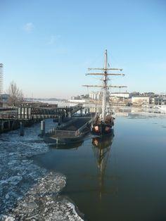 Une vue du port de Nantes sur la Loire - dernier fleuve sauvage d'Europe - avec ses glaces un matin d'hiver 2011 . Rive Sud côté île de Nantes. .