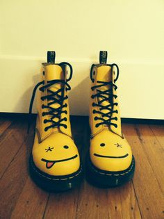 Doc Martens have been in style for almost 60 years, discover what made them so popular. We also discuss how to wear them in style! Kawaii Shoes, Kawaii Clothes, Aesthetic Shoes, Aesthetic Clothes, Cute Fashion, Fashion Shoes, London Fashion, Goth Shoes, Dream Shoes