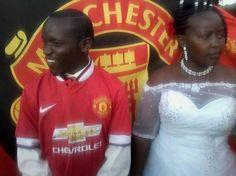 """Theo tờ the thao 24h đưa tin một người hâm mộ """"cuồng"""" Man Utd ở Kenya đã phủ đỏ bất cứ thứ gì có thể trong đám cưới của anh ta. http://ole.vn/video-bong-da.html,http://ole.vn/xem-bong-da-truc-tuyen.html,http://tintucmoinhat60s.blogspot.com"""